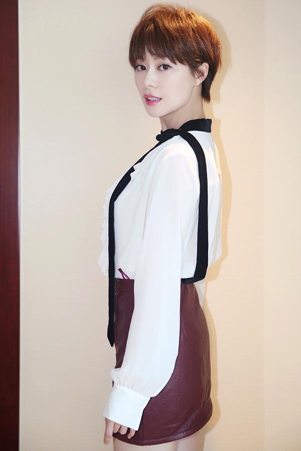 个人写真:王汀短发短裙活力明媚 新造型有点惹眼_搜狐