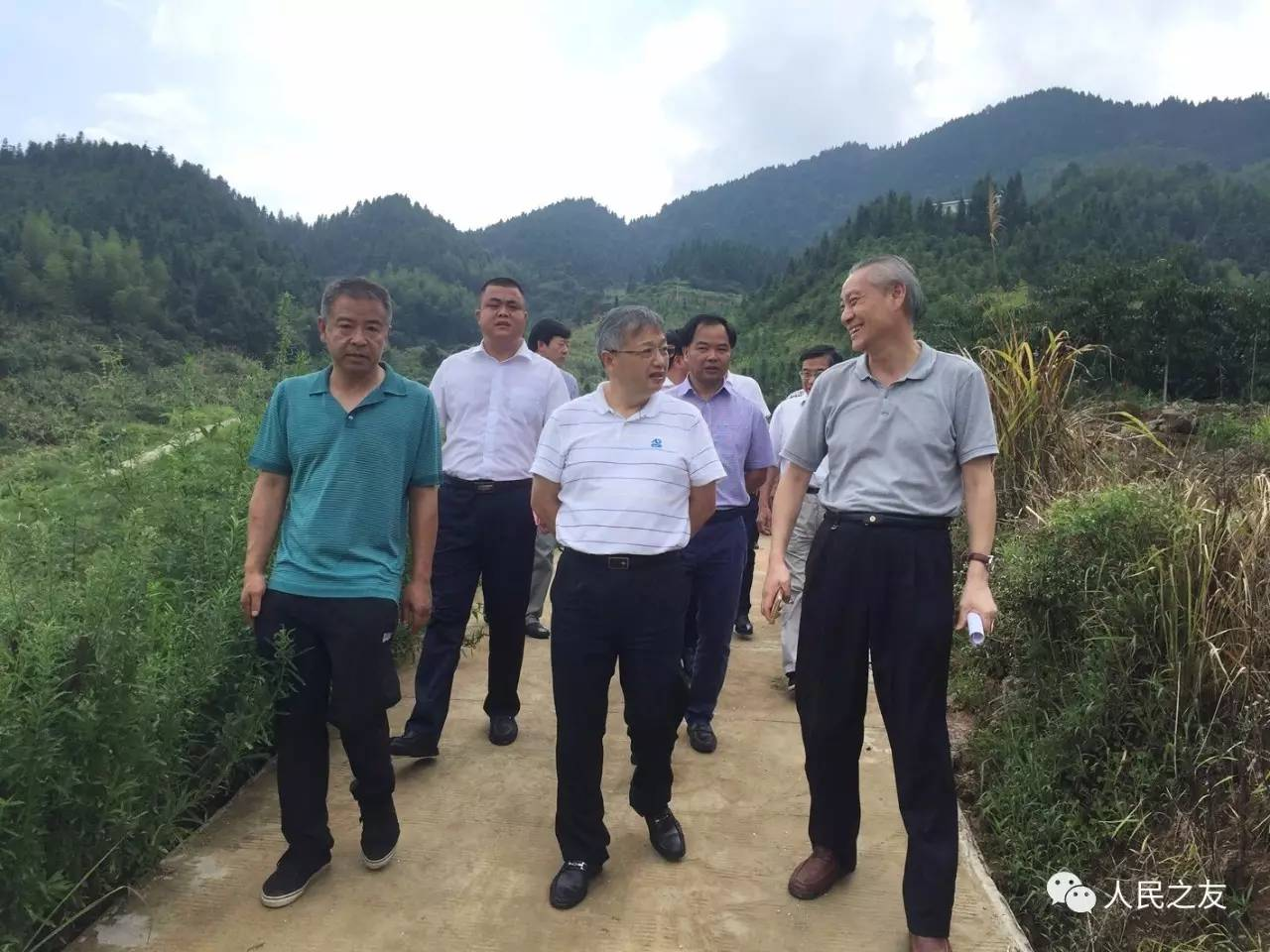 在茶陵县,执法检查组了解了万樟园林公司发展规模及8种扶贫模式;在图片