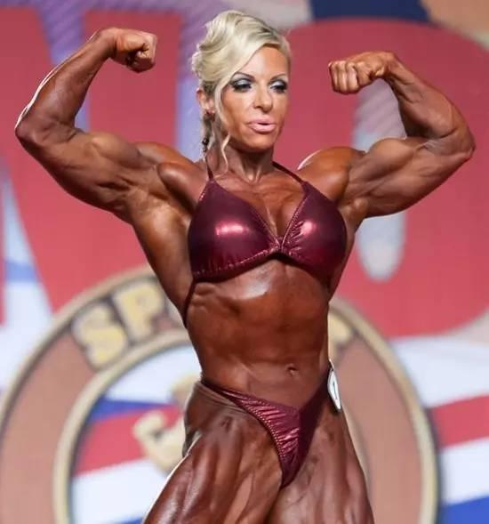 健美肌肉女写真_8分肌肉女更显男性特征 块头大,重量大,体型大 体型和重量级健美比赛