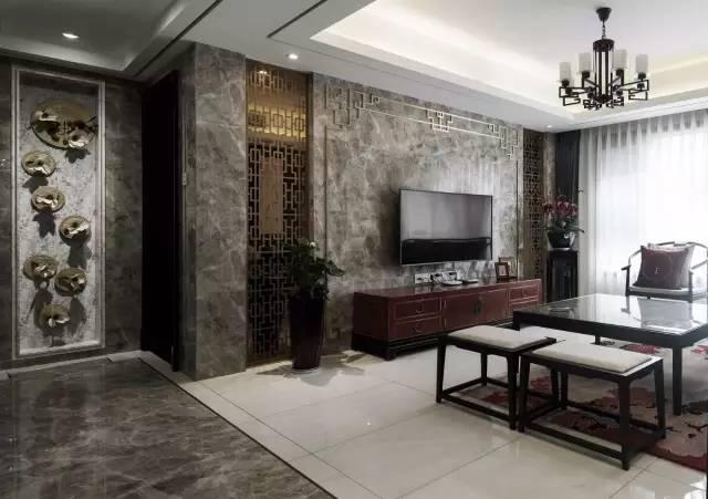 看整个电视机背景墙,大理石营造了一种古朴的韵味,墙面由金色的中式特