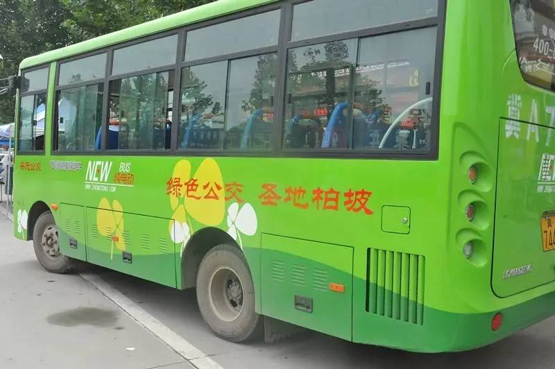 """日前我县引进了8辆大型纯电动公交车投入运营,开启了我县""""绿色公交"""""""
