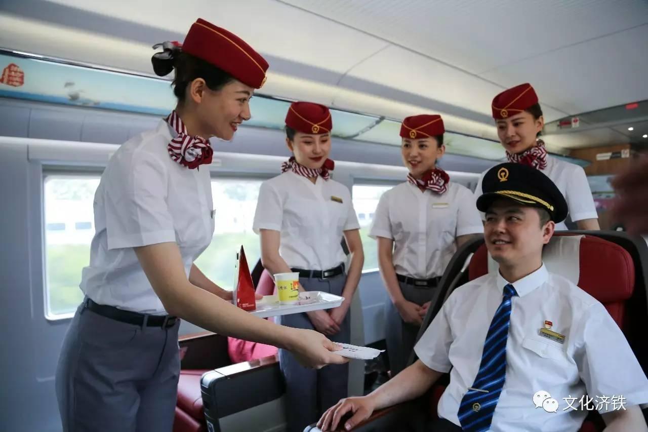上海铁路警方全部佩戴新式标志上岗执勤