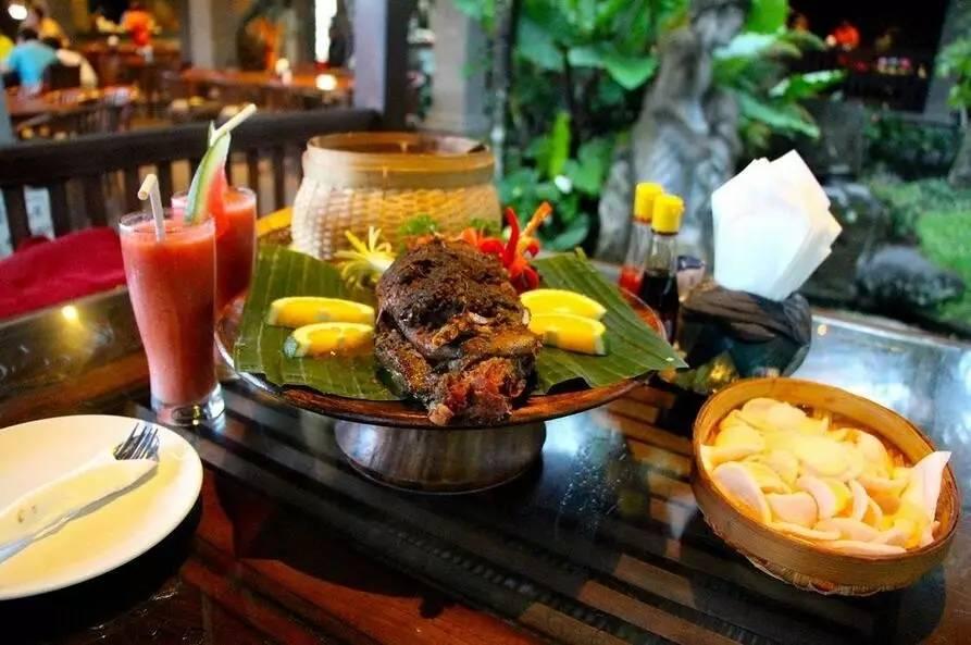旅游 正文  品味巴厘岛人气料理:田园餐厅脏鸭餐,金巴蓝沙滩海鲜烧烤.
