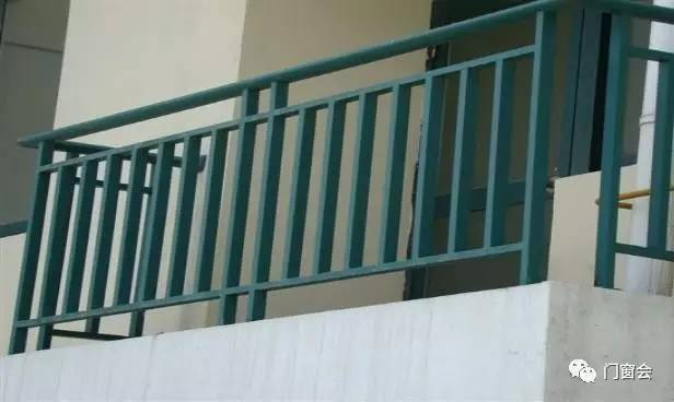 防止小孩坠楼,阳台护栏要这样装才安全