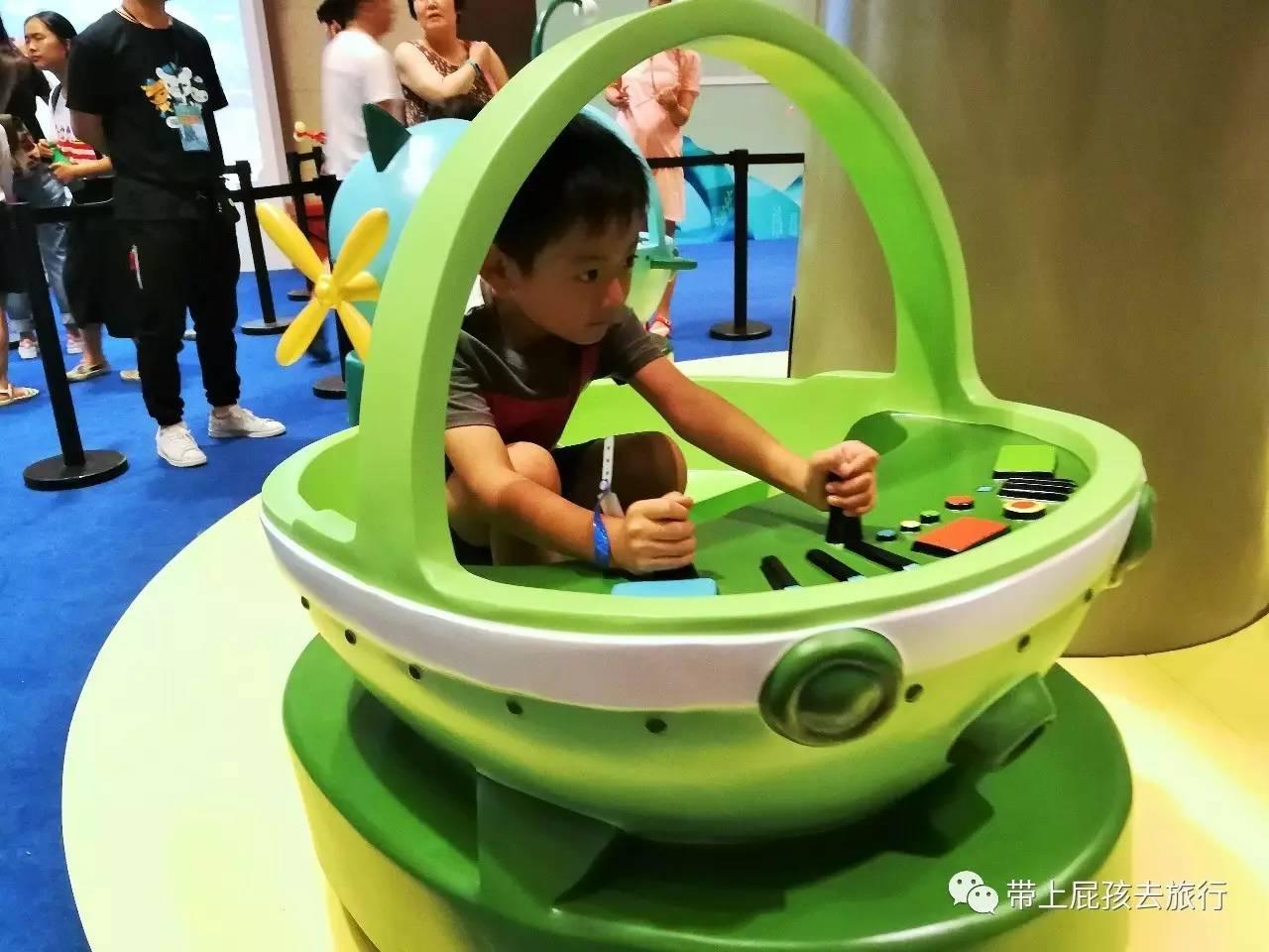 小朋友坐在椅子上跟着圆形轨道游走,再戴上特制的防晕眼镜(很像潜水镜