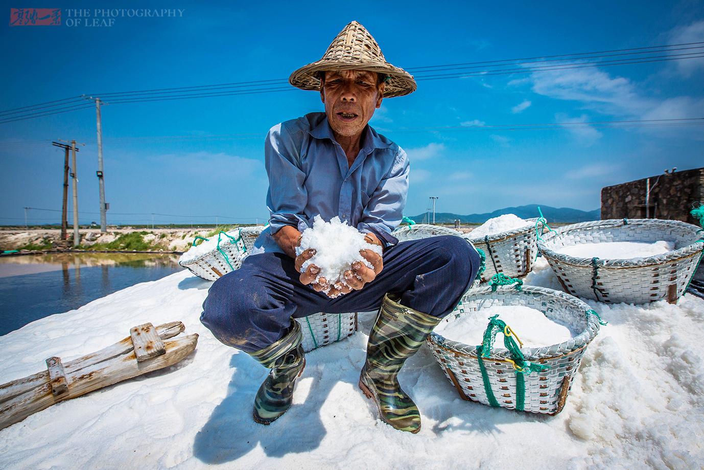 70岁老人,在海岛晒盐50年,坚守着浙江象山最后一个海盐场