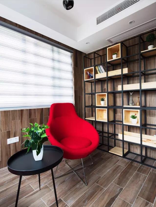 次感   ▲ 书房木质地面,局部铺贴色彩壁纸,灰色沙发,层板书架,实