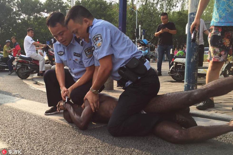 欧美白妇干黑人_黑人男子寻衅滋事 伤人后被民警拘捕