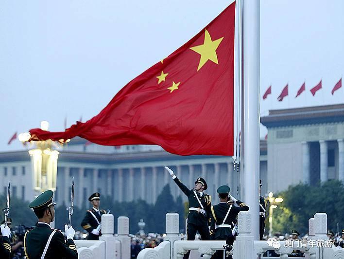 人民英雄纪念碑位於北京天安门广场中心,在天安门南约463米,正阳门