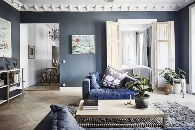 深灰色的墙面 与白色调的天花板通过石膏线条进行衔接 手工精细打造的图片