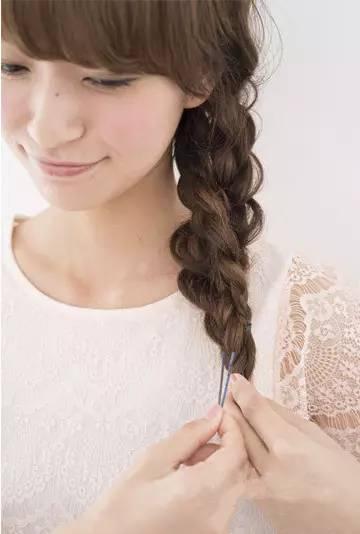 准备工具 发夹 橡皮筋 精致发带 编发步骤 1第一步 将头发如图分成两