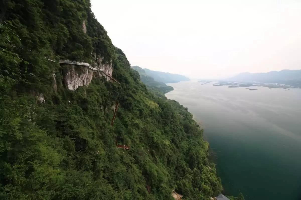 旅游 正文  望仙崖位于仙岛湖南山上,这里不仅是仙岛湖最东端,观景