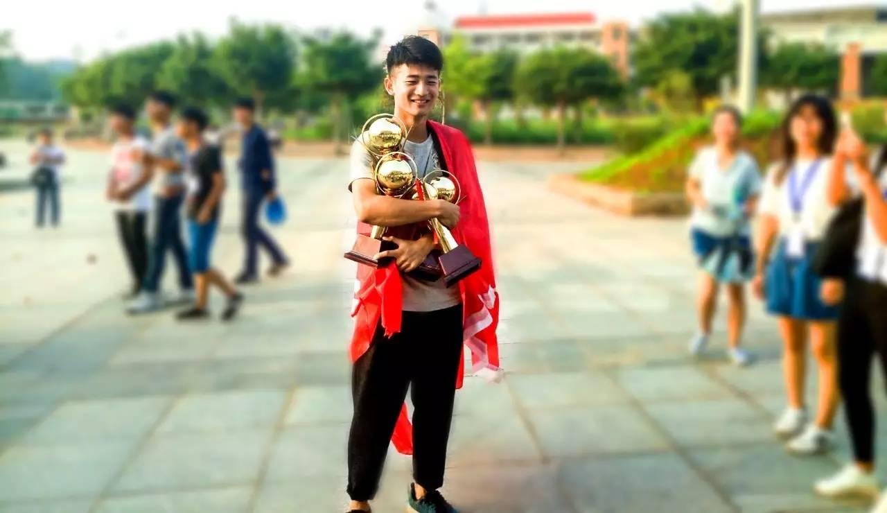 教育 正文  ▲2016年中文系迎新志愿者工作中 一,中文系简介 中文系是