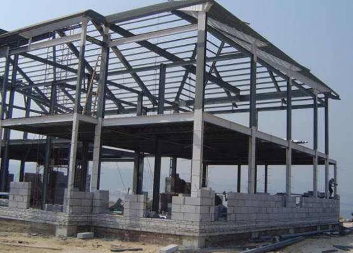 答:钢结构柱安装的中心座浆垫板法,省工省时,施工精度可控制在2mm