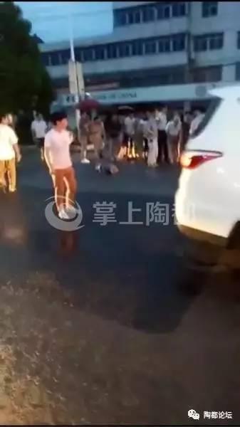 昨夜宜兴芳桥发生车祸,两老人被撞倒地