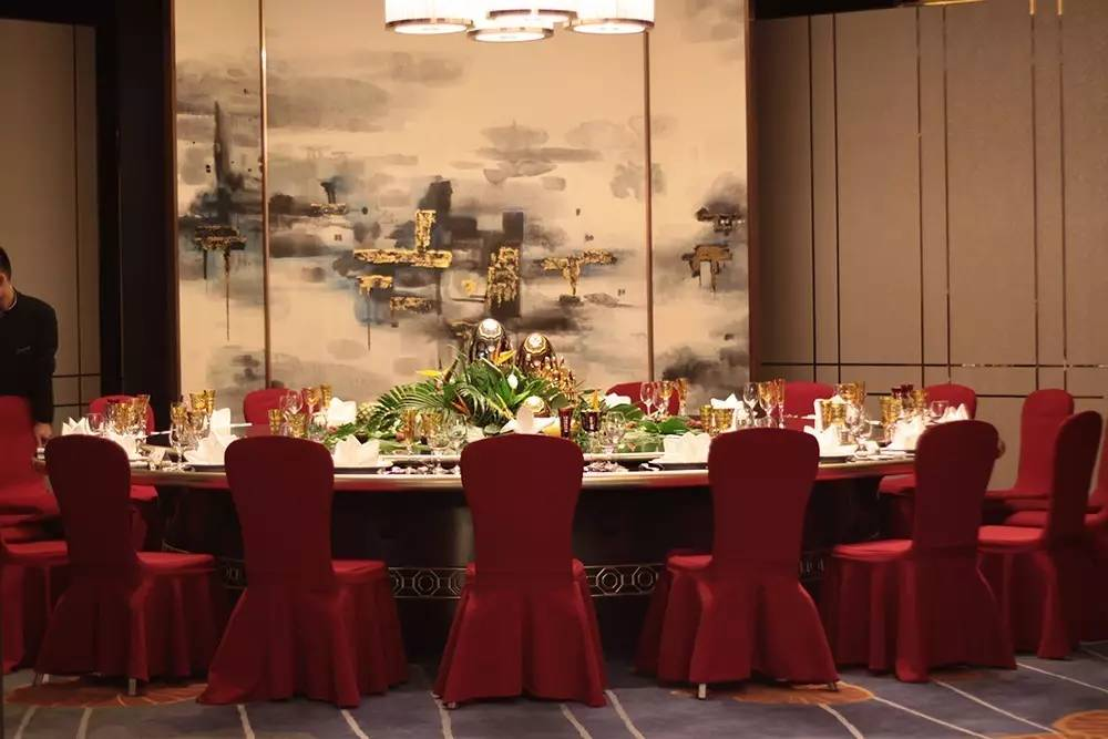 摆桌是西餐礼仪中最为体现主人心意与美感的步骤。在传统的圆桌中餐中,餐桌中间因为需要摆放菜品而减少或免去了圆桌中心的布置,可是在Christofle中餐西吃的创意里,中餐同样采用分餐制,从而使餐桌中心的空间演变为展示餐桌艺术的舞台,使用不同的花艺与器皿组合出不一样的体验。这次的热带森林主题,用夏日的热烈衬托出金银器浑然天成的奢华与实用,犹如在丛林里觅得至宝一般让人激动。