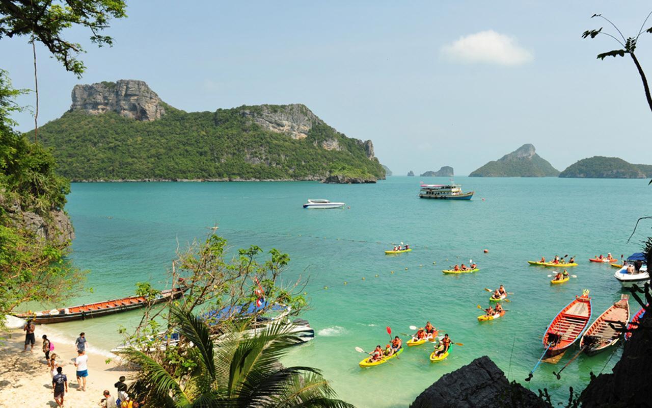 岛屿呈现给公众的是未受污染的形象.经济的增长不仅带来了繁荣.也改变了该岛的环境 和文化。2008年世界游轮大会上,维多利亚女王丘纳德游轮(可容纳2000多名乘客)在苏梅岛 码头靠岸,这标志着苏梅岛正在成为一个热门的旅游目的地。