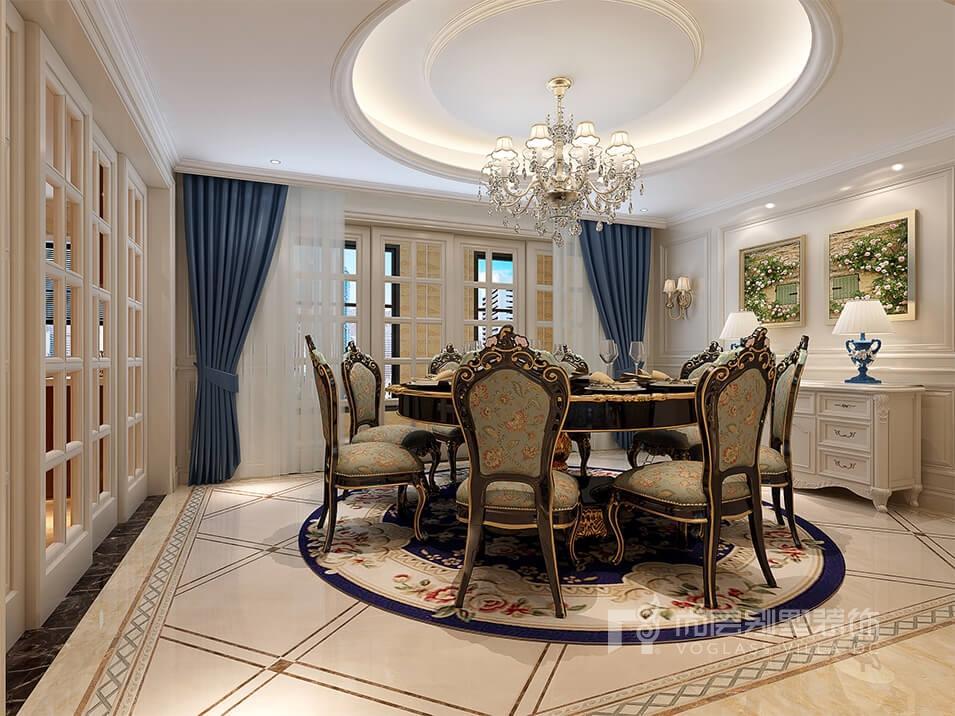 雕花做工精美,白色的壁橱不仅实用而且美观,中间压轴的欧式沙发,茶几