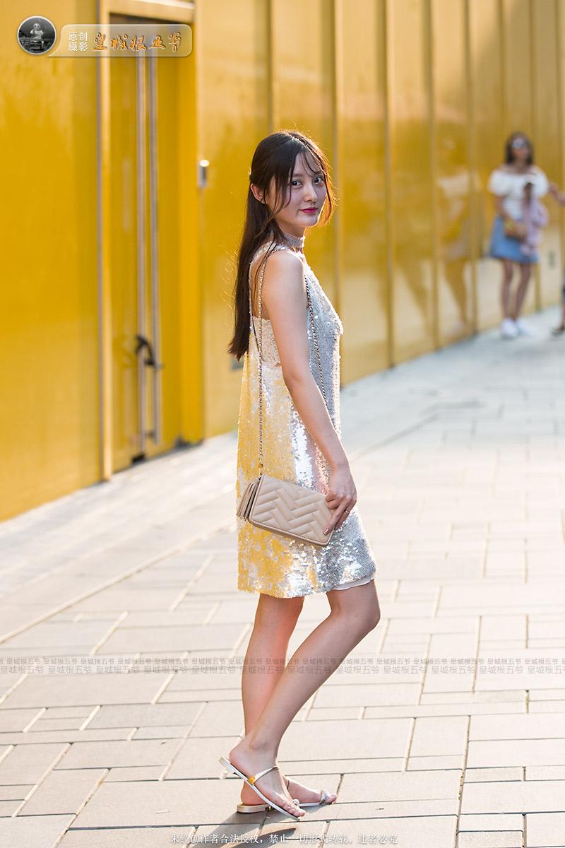 金子美惠写真露b_三里屯街头偶遇俏丽美女,瞬间被她们的热情所感染