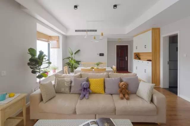 客厅沙发不靠墙,客厅的后面即是餐厅,这样的设计看起来也是很不错的
