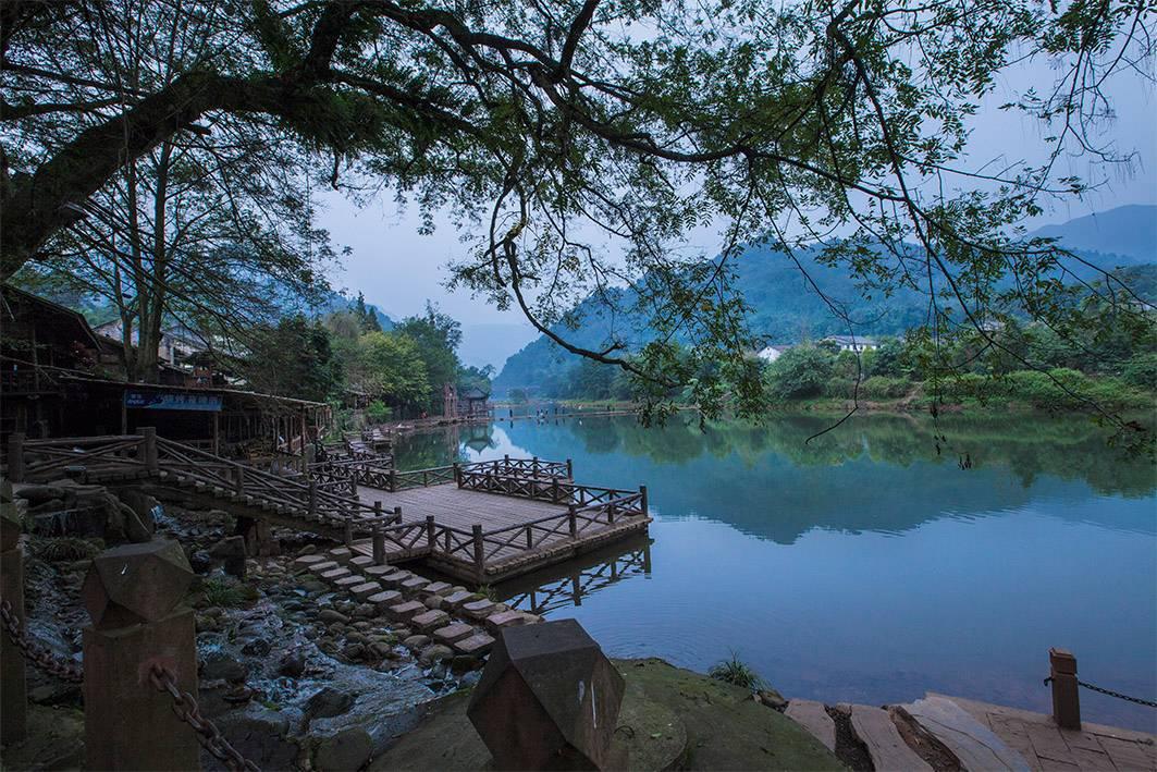 山间老骚逼_旅游 正文  还可以走在两山间的援通桥上 欣赏超级迷人的风景 地址