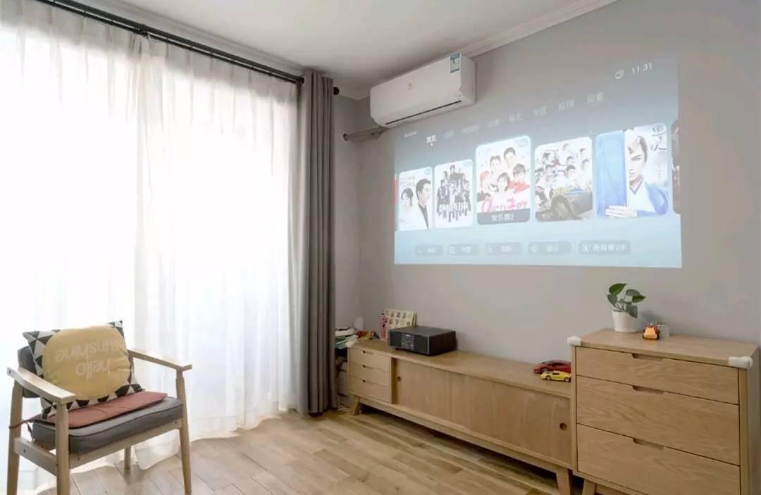 时尚 注释  客厅吊销了电视机,取而代之的是壹款投影仪,架设配上木质感图片