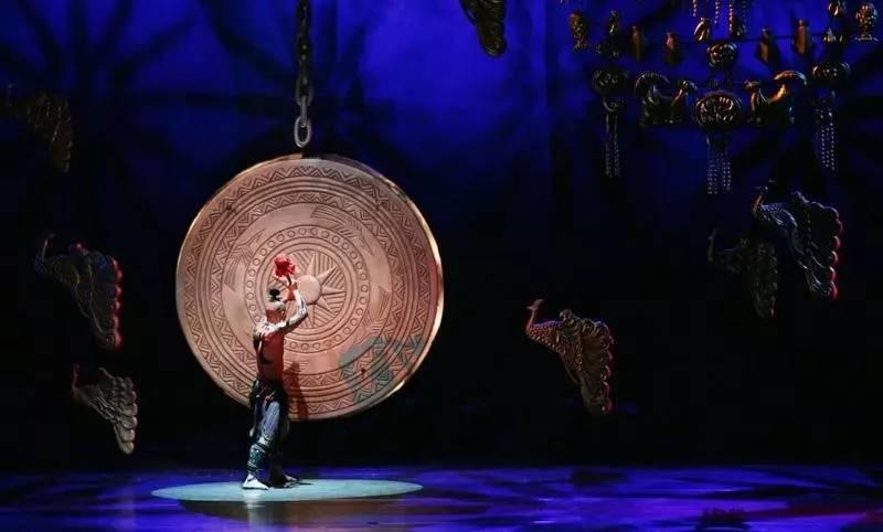 佤族人说木鼓的花纹是无法画完的,歌也是无法唱完的,舞也是无法跳完的