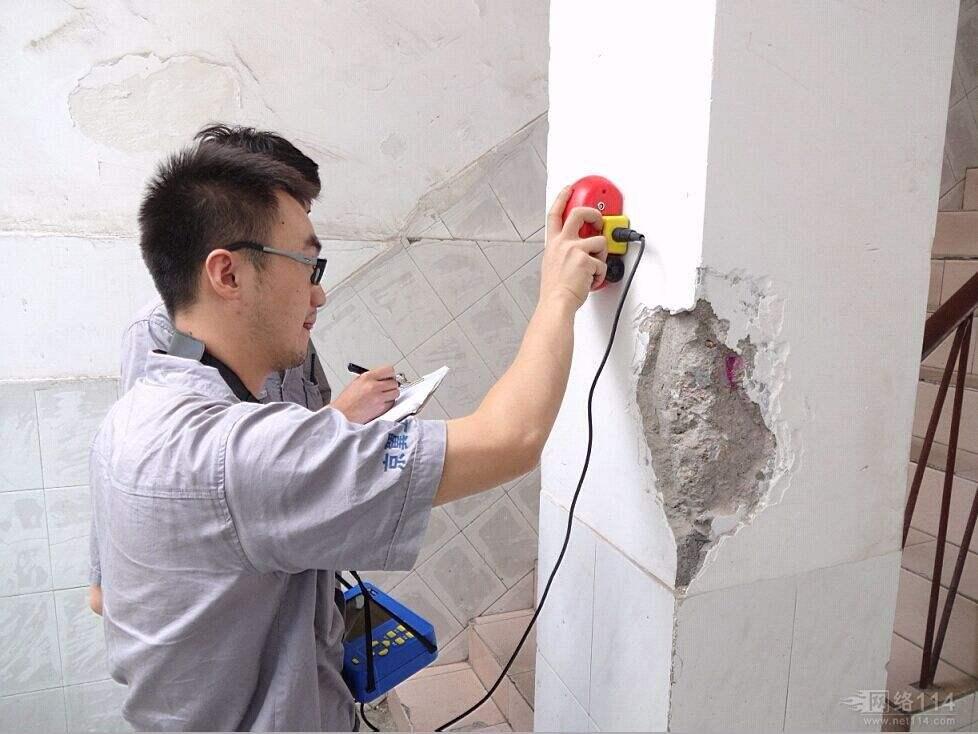 2、房屋结构中常出现的安全问题 (1)裂缝。房屋的钢筋混凝土结构出现开裂、渗水的原因很多,大致分为温度裂缝、荷载裂缝以及干缩裂缝。 (2)变形。房屋结构在长期使用中,由于外界因素和自身承载力问题很容易发生结构的变形和位移,不但影响着房屋建筑的稳定,同时还会影响结构稳定性。较大的结构变形往往会改变结构的受力点,使荷载力重心发生偏移,从而使房屋构件的段面、节点处产生新的应力,改变构件应力方式,降低构件的承载力,引起房屋的开裂,甚至坍塌。 3、房屋安全鉴定检测要点 (1)判明房屋产生的裂缝是结构性裂缝还是非结