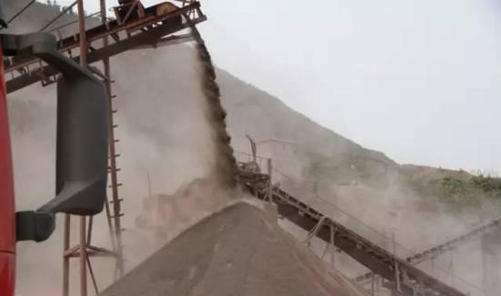 9.贮存煤炭、煤矸石、煤渣、煤灰、水泥、石灰、石膏、砂土等易产生扬尘的物料应当密闭,不能密闭的,应当设置不低于物料堆放高度的严密围挡,同步采取喷淋、覆盖等措施防治扬尘污染。物料输送设备要进行密闭,并在装卸处配备收尘、喷淋等防尘设施。露天装卸应采用湿式作业,严禁装卸干燥物料。(牵头责任单位:县经信委;配合单位:县环保局) 10.非煤矿山采取控制扬尘污染措施。各类非煤矿山、采石场要全面完成道路硬化、洒水和保洁,对破碎加工区实行封闭式生产,对扬尘点安装布袋除尘器和喷淋装置,输送廊道和成品堆放实行全封闭,同时做
