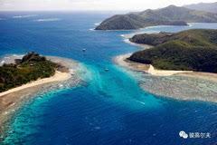 Laucala Island Resort Fiji 有人说:如果去斐济,绝对不要只玩维提岛。要去那些个斐济的离岛,特别是私岛,才是真正逆天的存在。如果你只去主岛,那斐济真的就白去了。当你来到世界上最昂贵、最奢华和最尊享的私人领地之一的劳萨拉岛,你或许会认同他的观点。位于斐济东北部的劳萨拉岛私人岛屿度假酒店开设于2008年,隶属于红牛饮料创始人、亿万富翁Dietrich Mateschitz。自从向游人开放以后,这座美丽独特的小岛就受到疯狂热捧。曾是世界首富比尔盖茨的蜜月地,也是奥斯卡影帝汤姆 汉克斯主