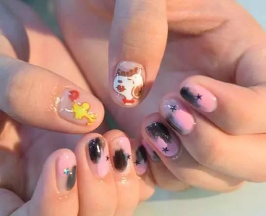卡通哈姆太郎美甲 日本动漫哈姆太郎作为大拇指图案 搭配可爱的手绘小