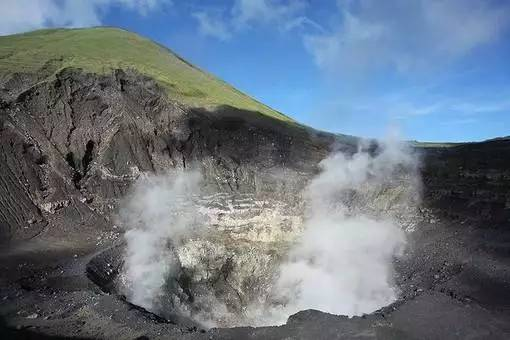 一半海岛一半火山,登上100多阶台阶,近距离观看火山的顶部,依然有硫磺