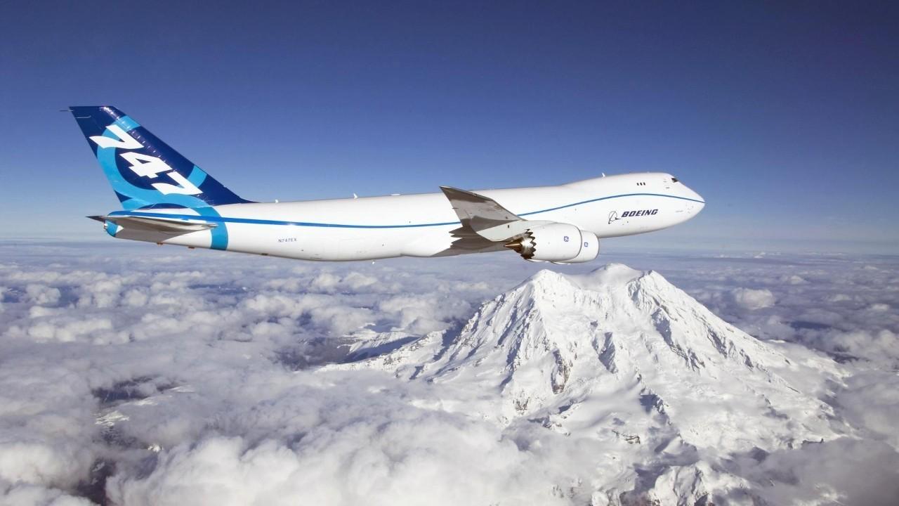 它是世界上第一款宽体民用客机,保持全世界载客量最高飞机的纪录长达