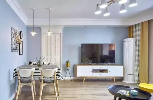 乳胶漆墙面,电视机背景没有过多的造型设计,配置一个北欧风的电视柜