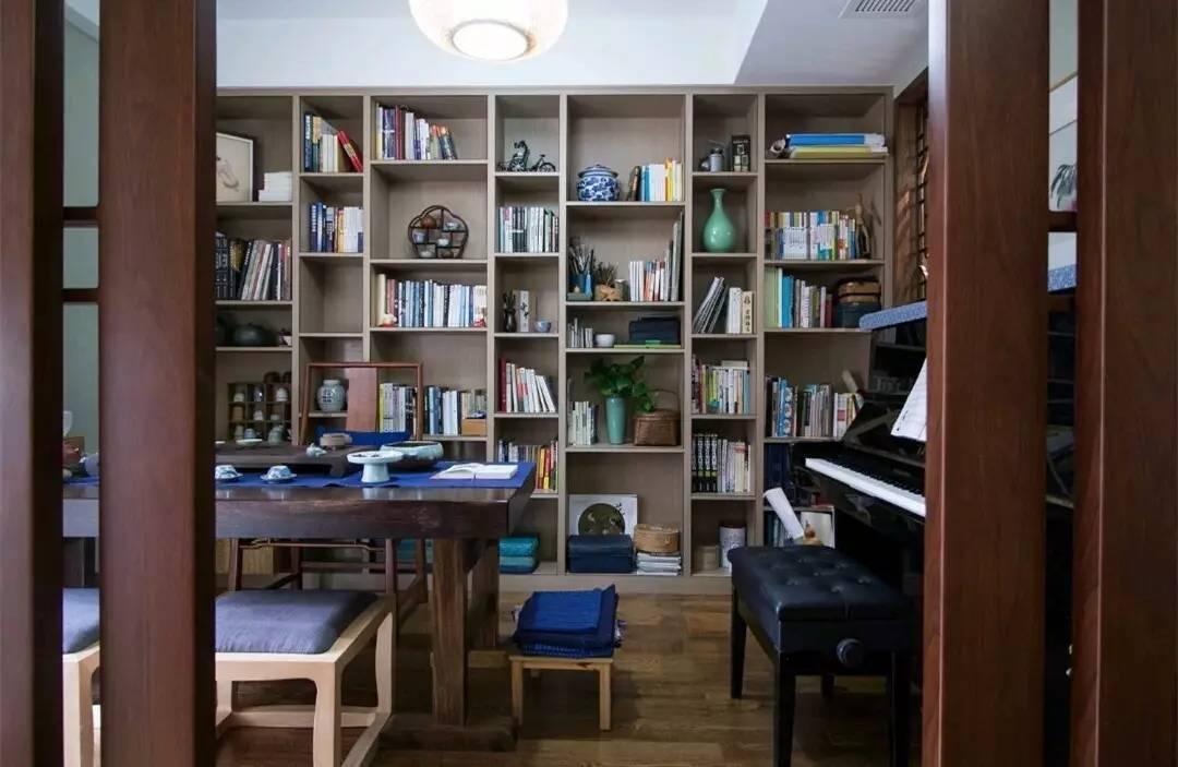 书房一旁靠墙还摆着一台黑色高档的钢琴,让书房的功能更加丰富