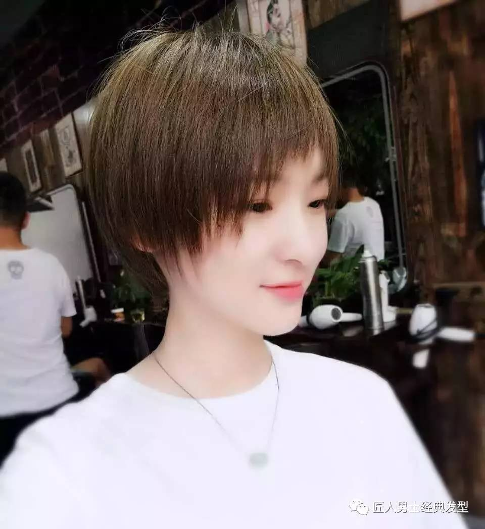 女短发流行发型,短发还能显胸大?
