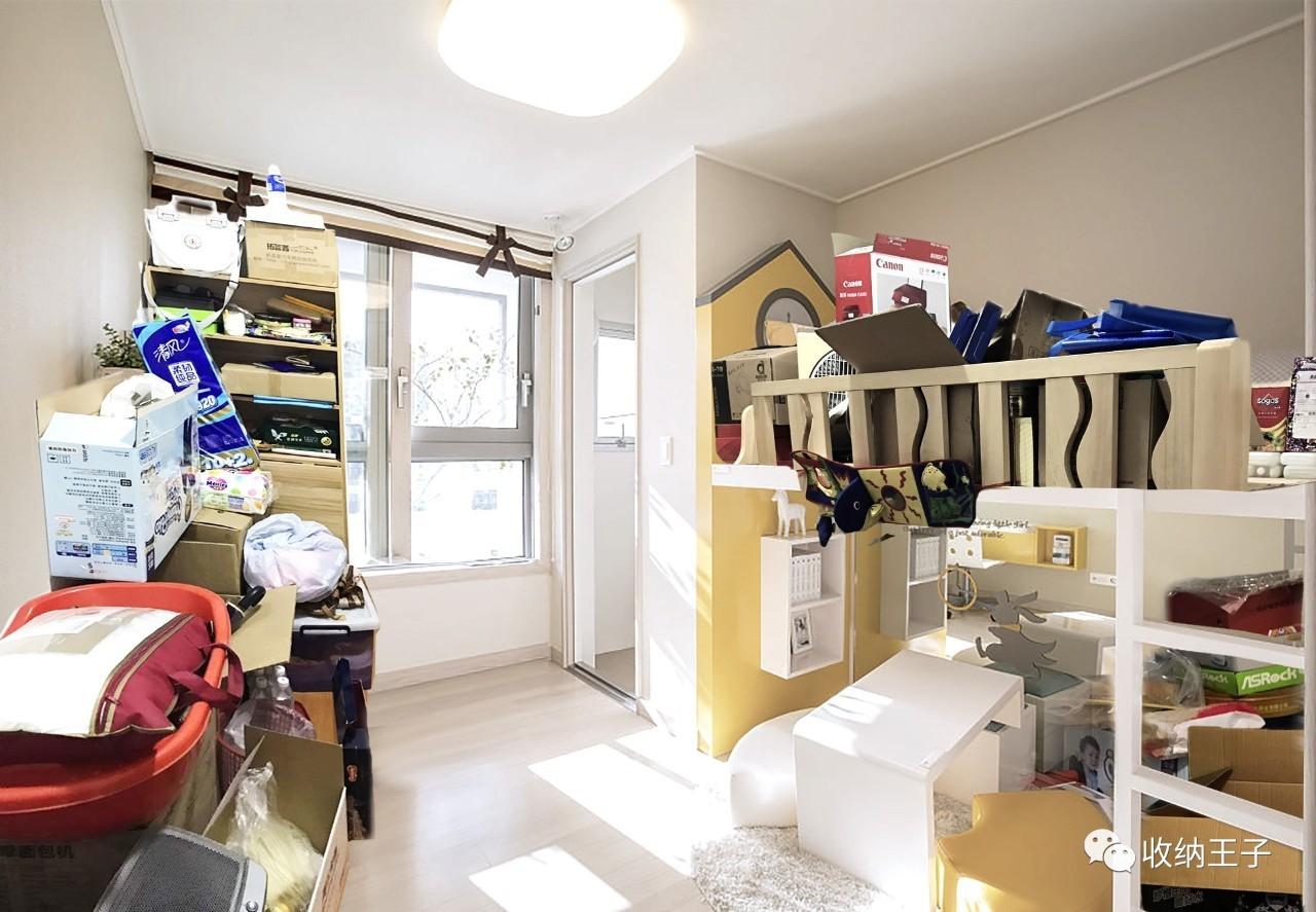 窗台下方的地柜承担了这个空间主要的隐藏式收纳功能,然而里面依然是塞满了和宝宝完全无关的东西,洗衣液的囤货、不再使用的厨具......只剩下双层床的抽屉里还放着少许相关物品:理发用品和湿巾。 整个儿童房俨然在扮演家里的储藏室,忍不住想要替宝宝问问这位妈妈:说好的专属小天地呢?