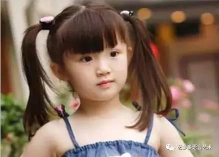 想要小女孩发型更加个性,那就扎高一点,精致的发饰起到很好的点缀作用