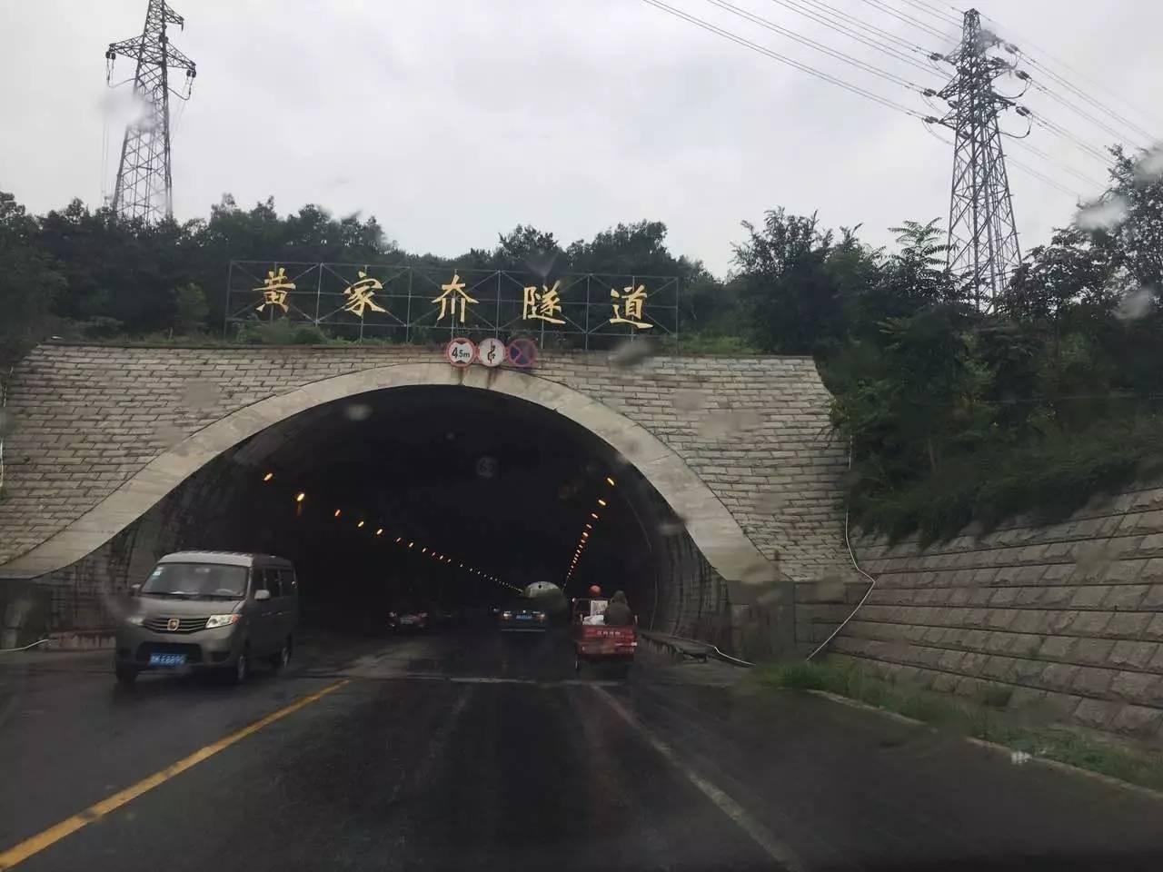 如果道路是三车道,隧道是两车道,就应该提前收窄.