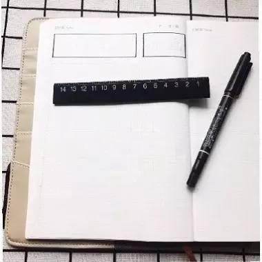 """画黄色方格   在你的方格手帐本里找9个小格子,用黄色的马克笔涂满(没把握的可先用铅笔轻轻画上框,若介意马克笔印色也可用彩铅或水彩)   在手帐本左上角画两个框,框里写上""""30天打卡""""和你要打卡做的事(如画画)"""