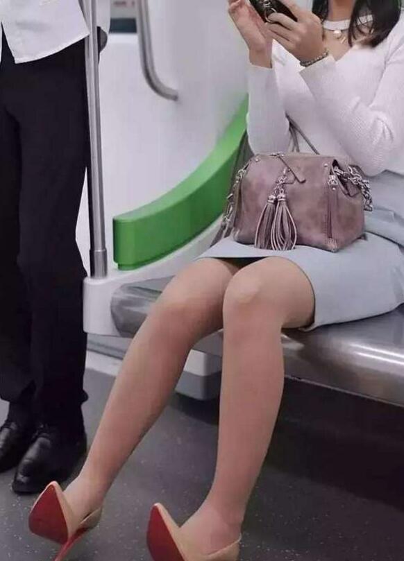欧洲美女裸体无遮挡影露阴部阴��f_街拍:地铁上的职业美女,灰色包臀裙搭配肉丝