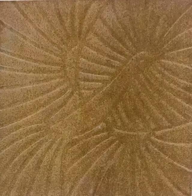 花纹堆起较薄,无高低起伏,类似汉代画像石,色彩也较单纯,可以朱地朱纹