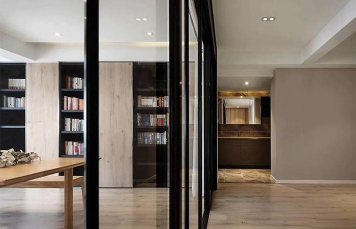 书房   书房书柜墙面本身有柱子,便索性用饰面板包柱,再通过控制移