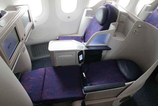商务舱:1-2-1布局,可以最大限度保证乘客隐私,同时也可以平躺.
