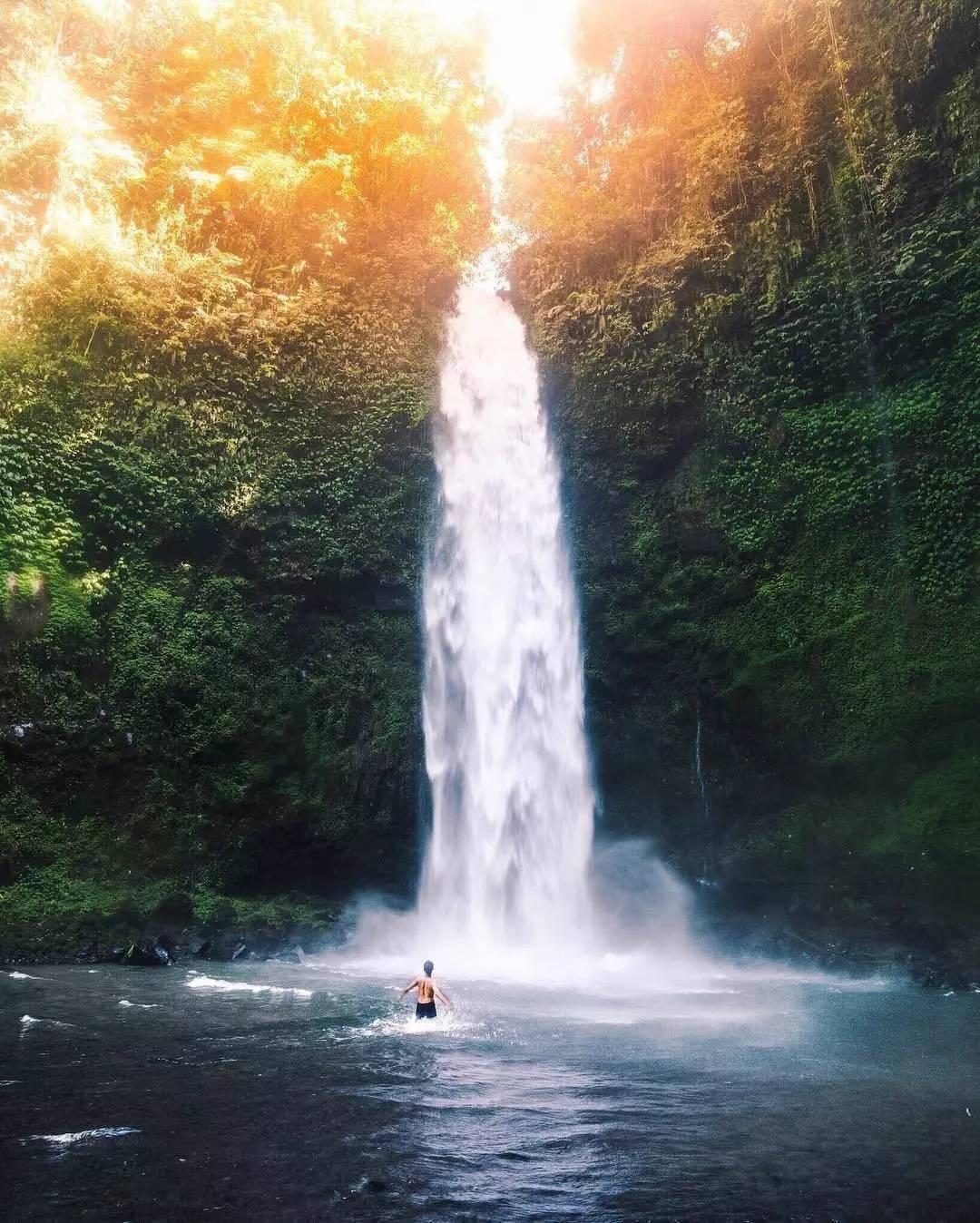 巴厘岛最美瀑布路线 爬上瀑布大约需要15分钟,而在瀑布下方是天然的