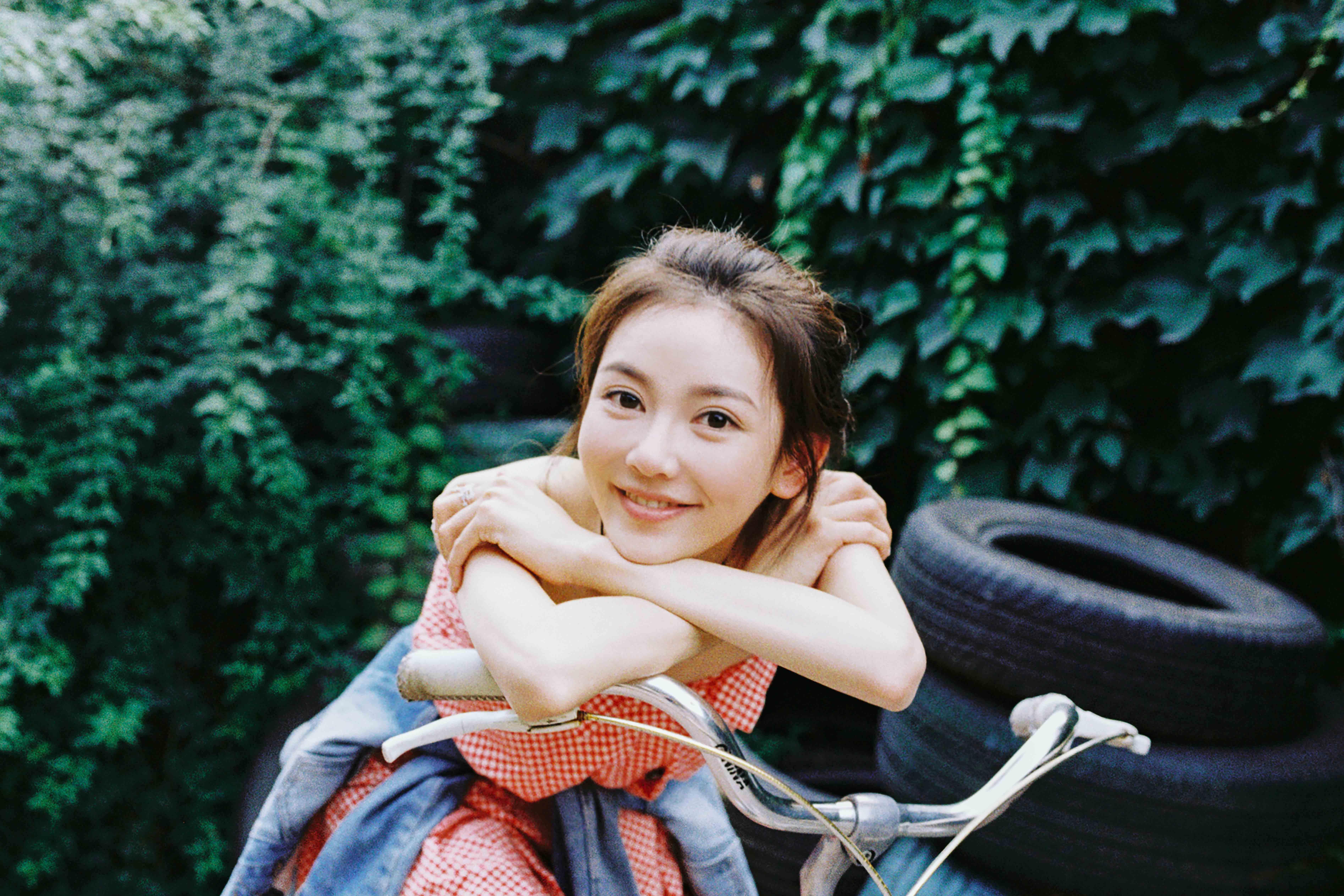 元少女_罗米秋游写真曝光 元氧少女骑单车显青春活力