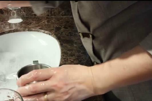 用马桶刷刷水杯 如此五星酒店元旦能放心住吗 |周知