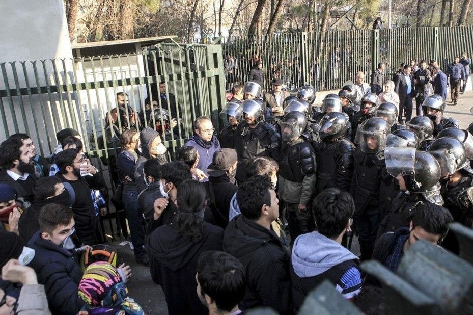 伊朗爆发大规模反政府抗议 特朗普呼吁尊重民众示威权