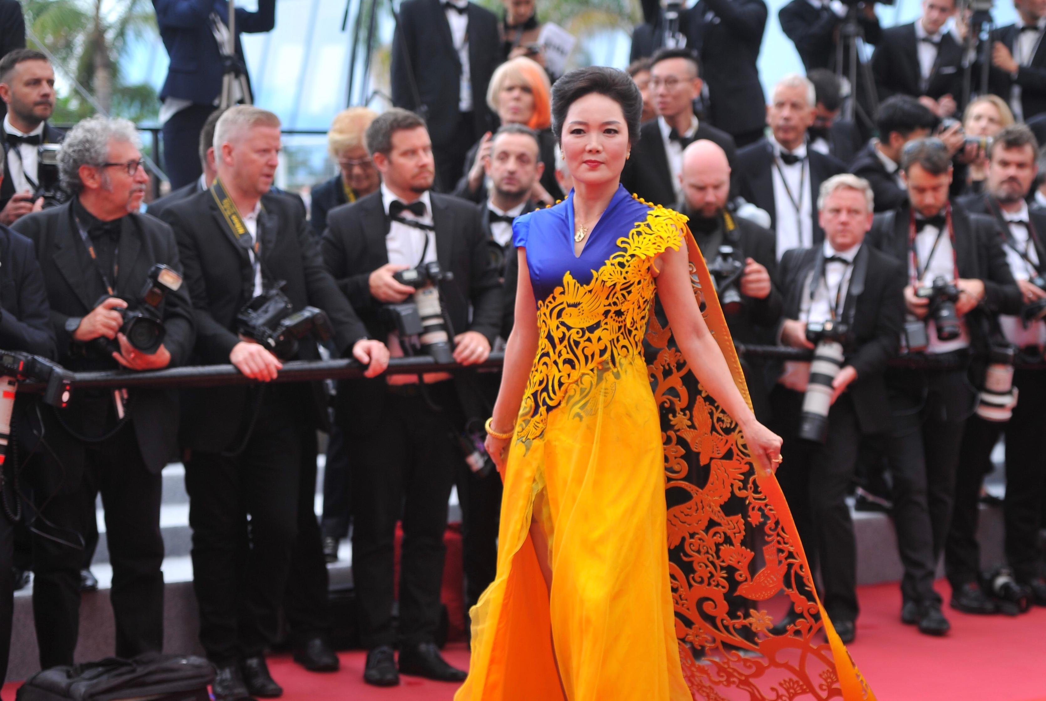 田婧使者v使者世界小姐电影冠军亮相第71届戛纳电影节红毯庞斩金色图片