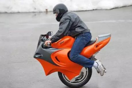 史上最奇葩摩托车,只有一个车轮,没点技术都不敢骑!图片